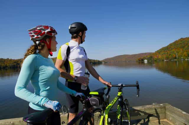 Cicloturismo en Canadá bici en laurentinas lago