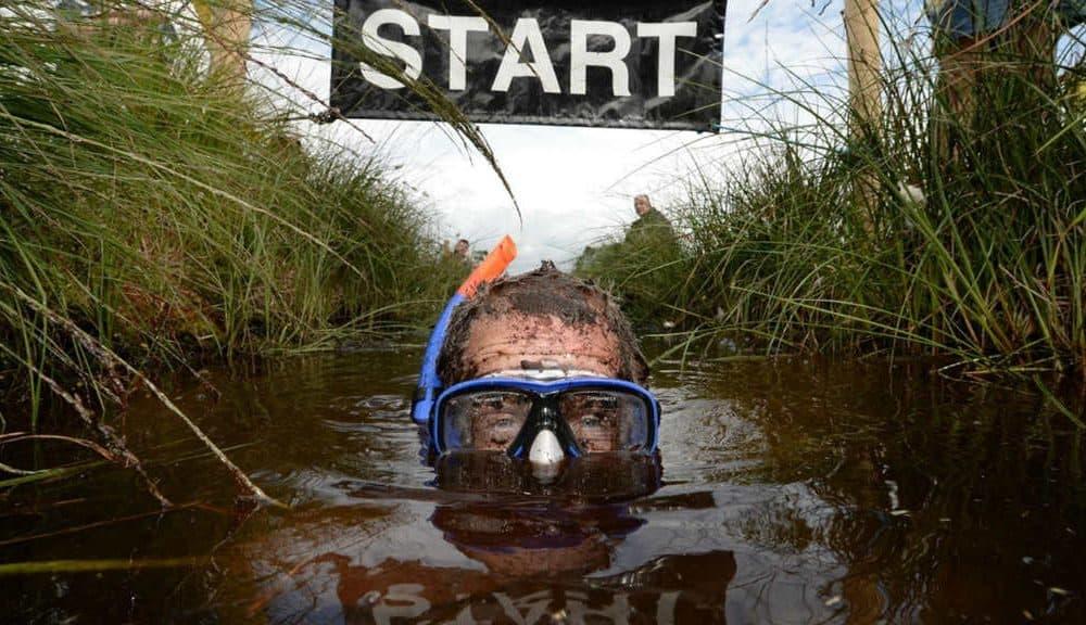 Te atreverías bucear en un pantano? En Gales es toda competencia