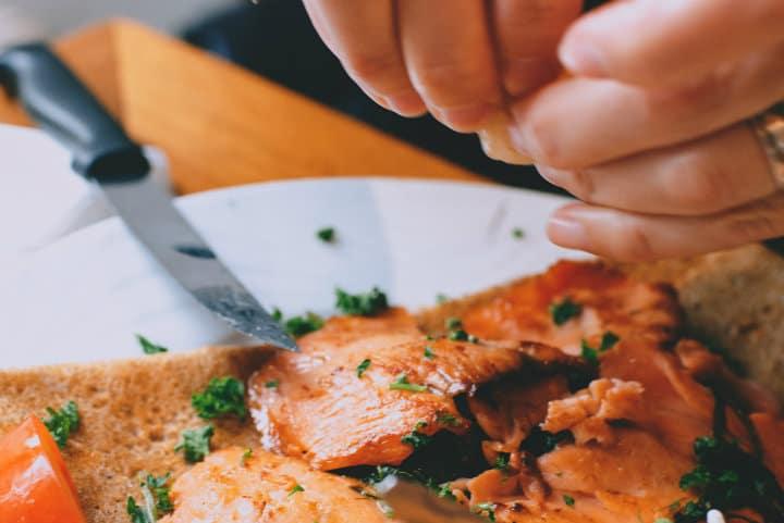 Si bien hay cosas que comemos con las manos, no son todas, y esta vez a algunos les sirvieron para sentirse más tranquilos en qué estaban por probar Foto Maria Orlova
