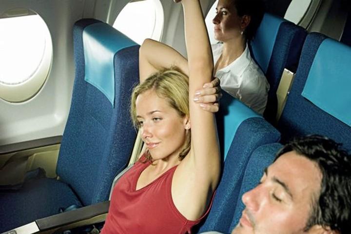 Un-último-estiramiento-Conoce-a-la-mujer-que-hace-yoga-en-su-asiento-de-avión-Foto-Live-Trading-News-5
