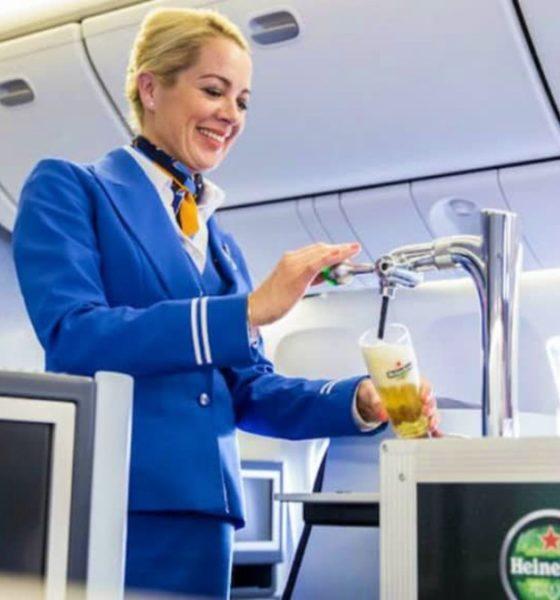 Tomar cerveza de barril a bordo del avión. Foto Archivo