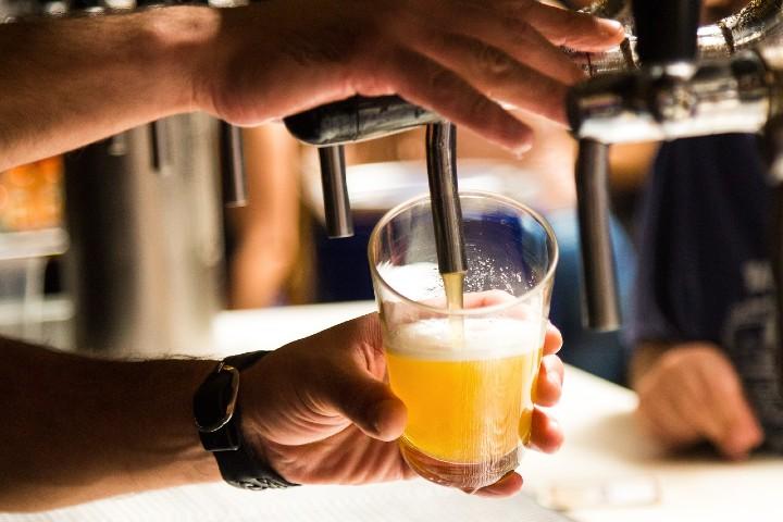 Tomar cerveza de barril a bordo del avión. Foto Pixabay