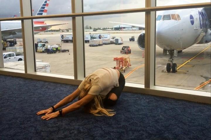 no-le-bastó-practicar-un-poco-antes-de-subir-Conoce-a-la-mujer-que-hace-yoga-en-su-asiento-de-avión-Foto-lose-weight-3