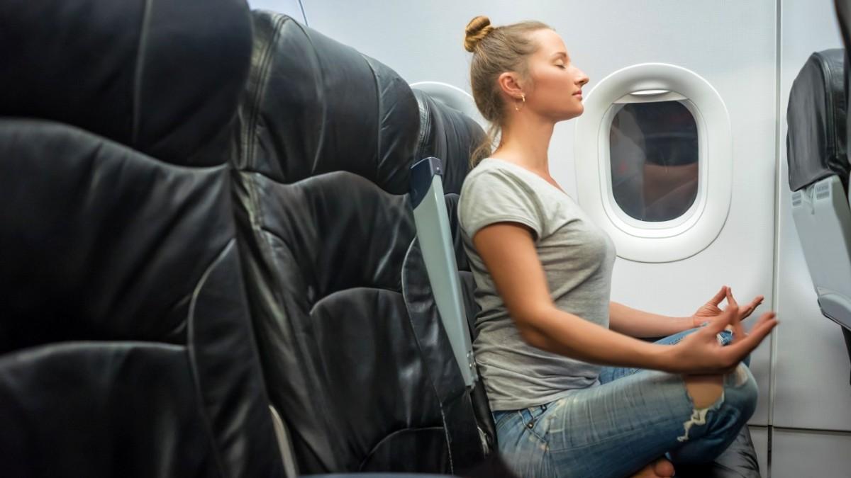 mujer-hace-yoga-en-el-avion-foto-flipboard-1
