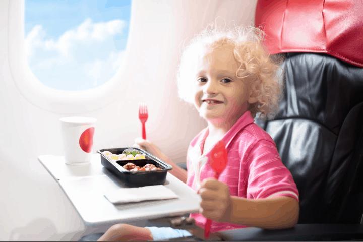 Niños-prueban-comida-en-los-aviones-foto-archivo-4