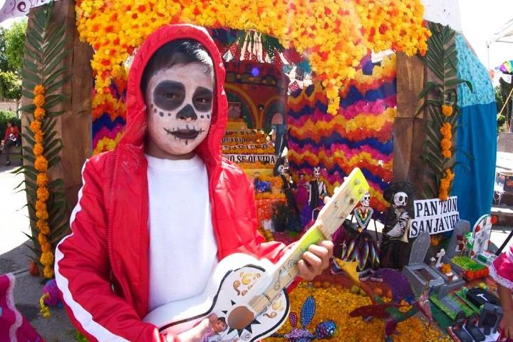 Disfraz-de-la-película-Coco-de-Disney-que-representa-el Día de Muertos Mexicano. Te¿Día-de-Muertos-o-Halloween?-Foto-El-Sol-de-San-Luis-4