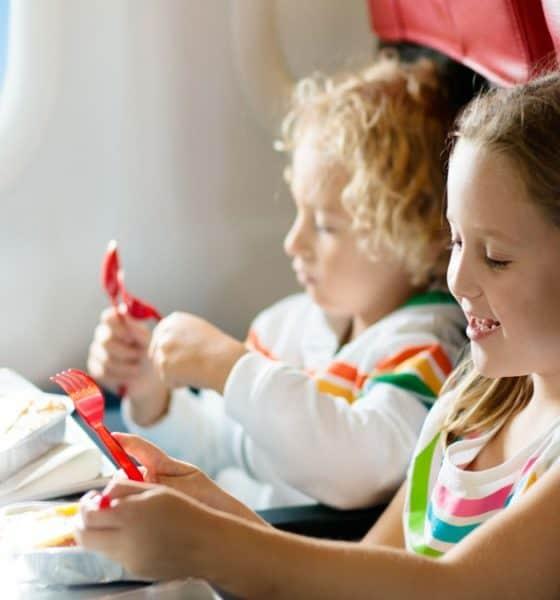 Niños-prueban-comida-en-los-aviones-foto-family-vacation-5