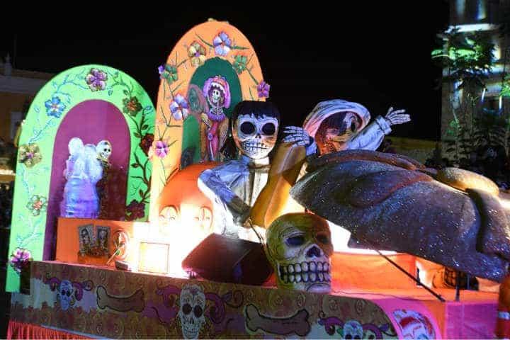 No te puedes perder el ingenio con el que los locales adornan los carros alegóricos para el Festival de Calaveras de Aguascalientes Foto Archivo