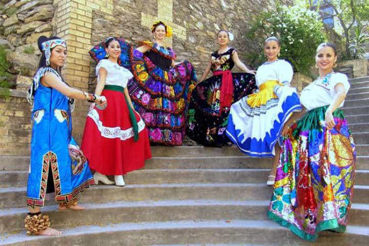 Podrás elegir entre los trajes típicos de diferentes Estados de la República Foto Pinterest