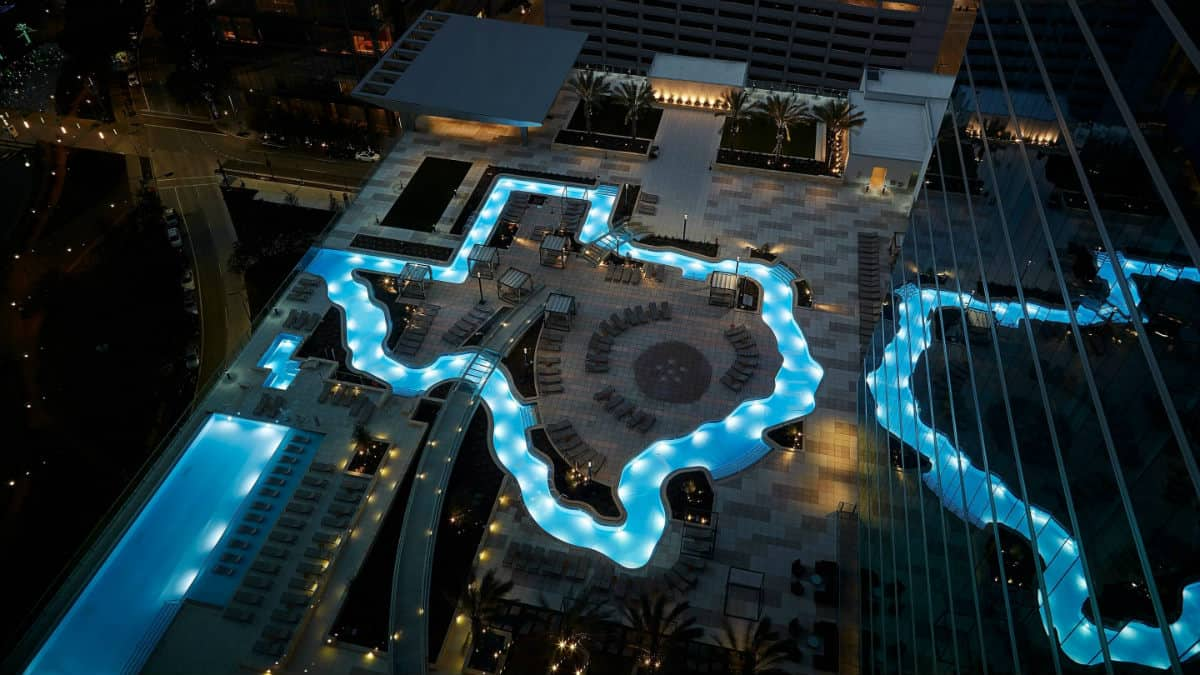 Hotel con piscina en forma de Texas Foto Marriot Marquis Houston