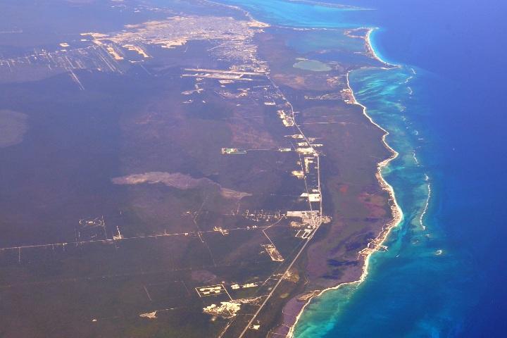 Cancún desde el cielo. Imagen: Scott Mitchell