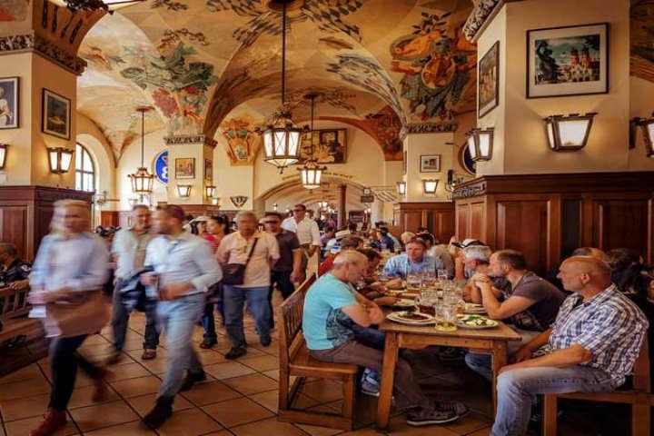 La cerveza convierte a todos en amigos.Foto.Viajar a Munich.4