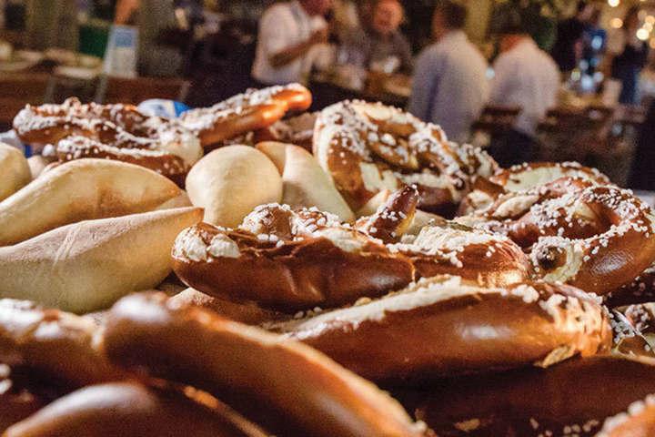 Tienes que probar los pretzels.Foto.Hofbrauhaus.10