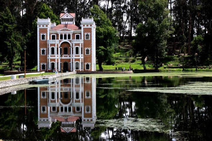 Castillo en medio del lago
