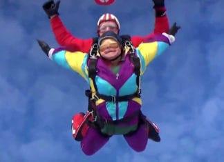 mujer-celebra-cumpleanos-80-saltando-paracaidas