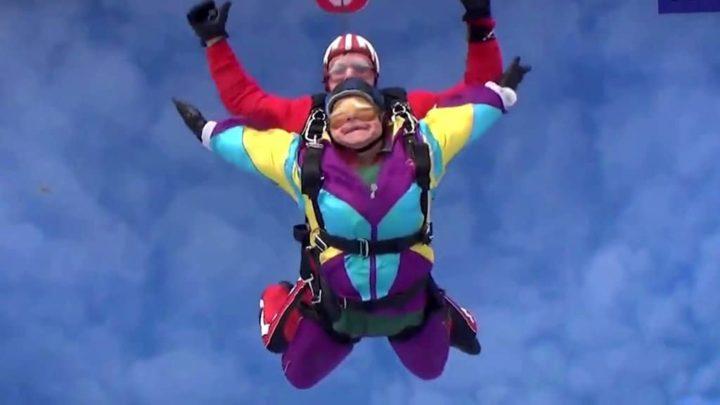mujer se avienta de paracaidas