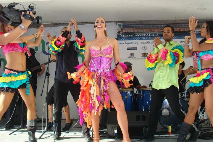 Calle 8 se convierte en pura fiesta.Foto.Miami & Beaches.3