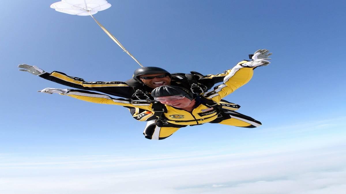 tandem-skydivers-713705_1920 (1)