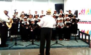 Coro de niños en el pasillo del tianguis Turístico