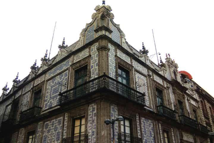 850 pasos para recorrer la calle de madero en la cdmx el for Casa de los azulejos historia