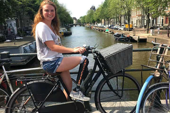 Chica con protesis en Amsterdam. Foto: Archivo