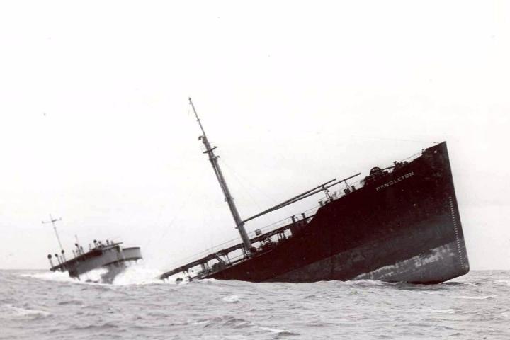 Barco hundiéndose. Foto_ Notimérica