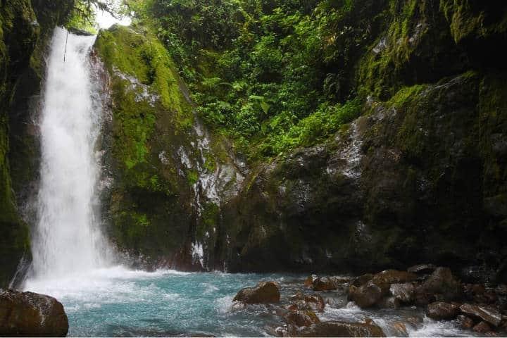 Cascada agua bajos. Imagen: Costa Rica. Archivo