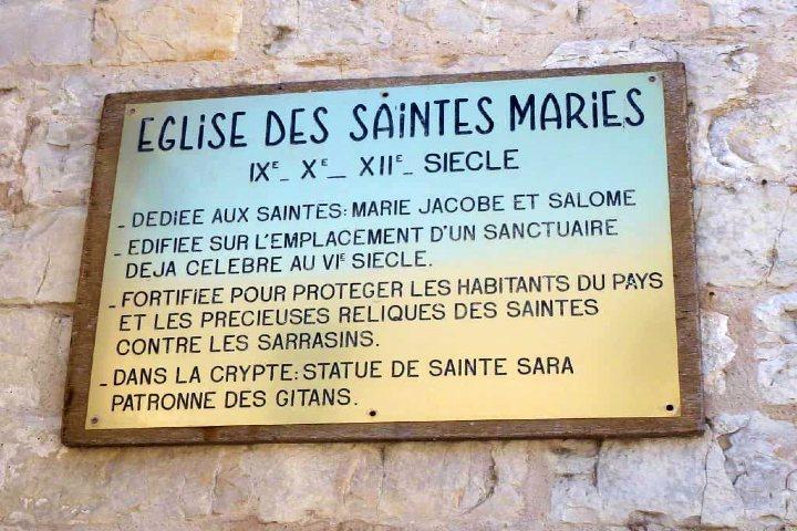 Placa en la Iglesia de Sara la negra o Nôtre Dame de la Mer. Foto Archivo.