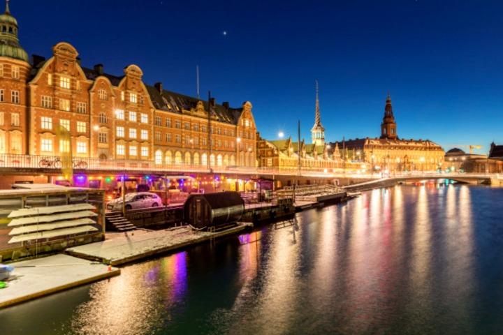 Copenhague de noche. Foto_ Freepik.