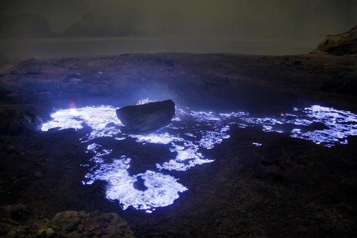 Volcán de lava azul en Indonesia. Foto: Amaury Laparra.