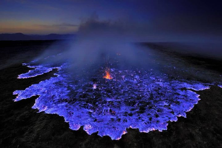 Volcán de lava azul, Indonesia. Foto Archivo.