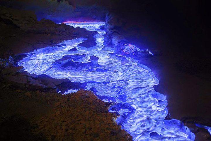 Volcán de lava azul, Indonesia. Foto Archivo