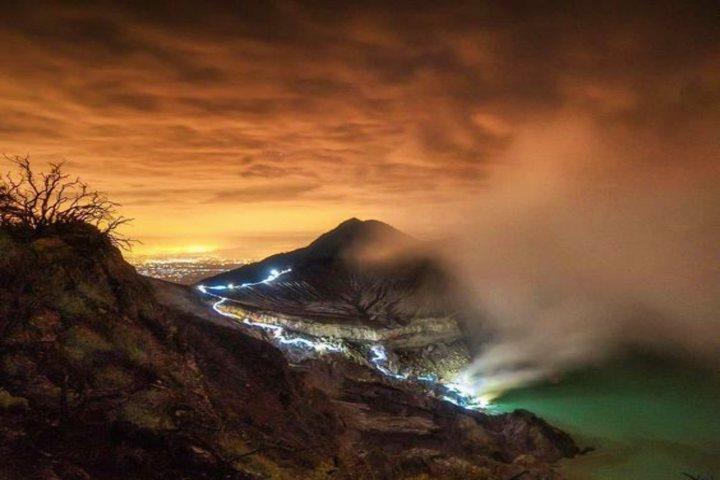 Volcán de lava azul en Indonesia. Foto Ijenbromotours.