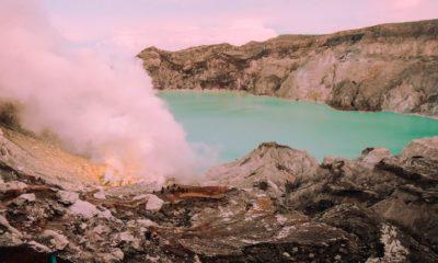 Volcán de lava azul en Indonesia. Foto Pixabay.