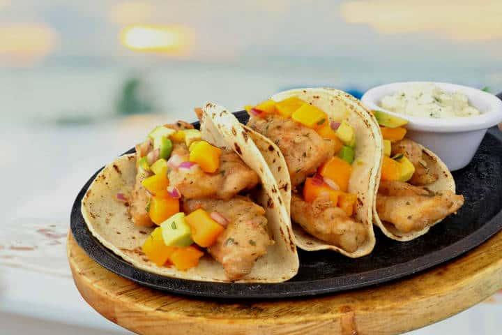 Comer rico y barato en Playa del Carmen Tacos de pescado rebozado y mango Foto 100 natural