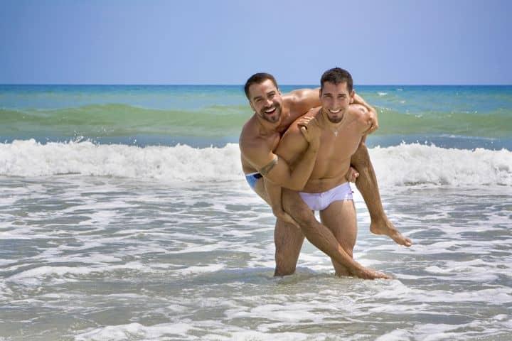 pareja gay mar