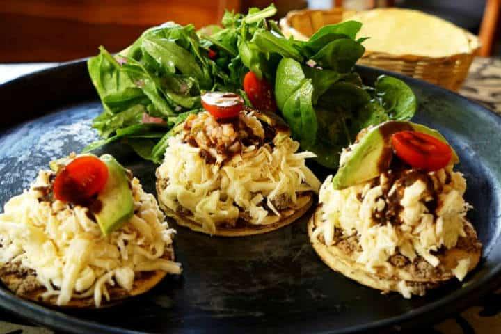 Comida Yucateca Apoala Tostaditas de quesillo y salchicha