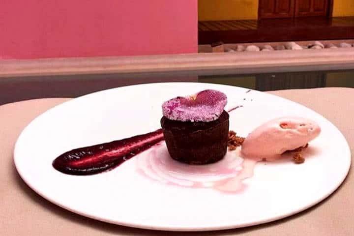 Rosas y Xocolate Souffle Cholate y helado de rosa Foto RyCH