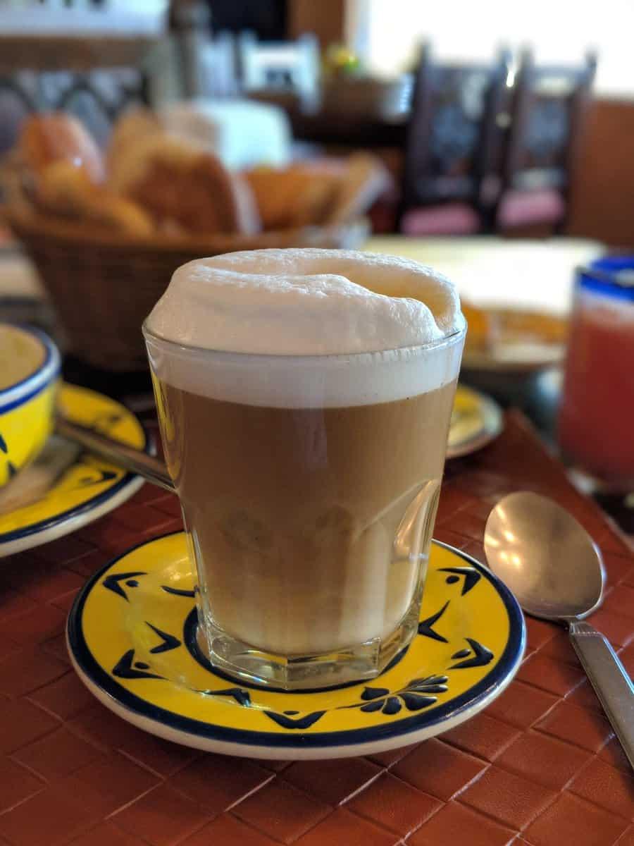 Bebidas calientes para el frío. Café lechero. Foto: Numeritos