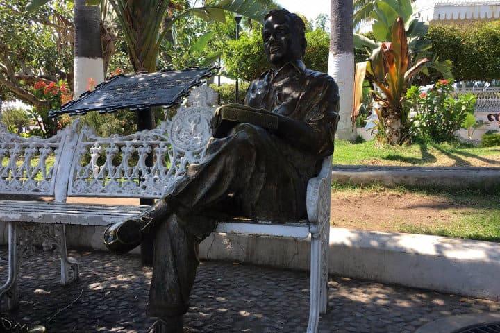 estatua juan rulfo comala