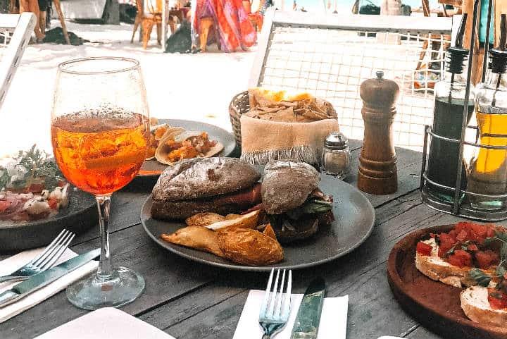 Comida en la isla. Foto Kelsey Curtis