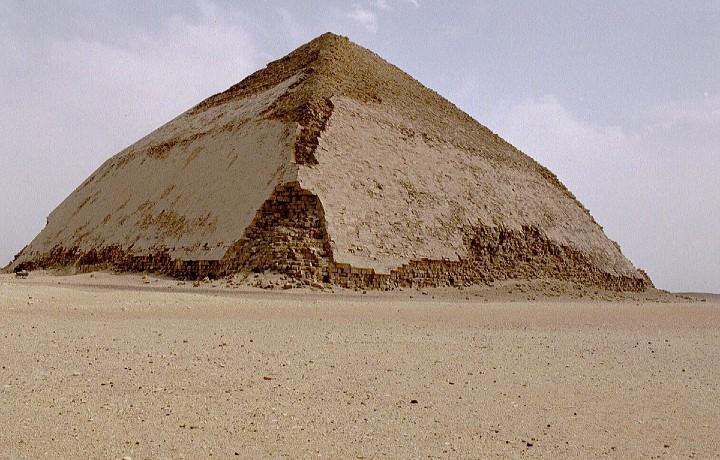 Dos de las pirámides, acodada. Foto: Egiptología.