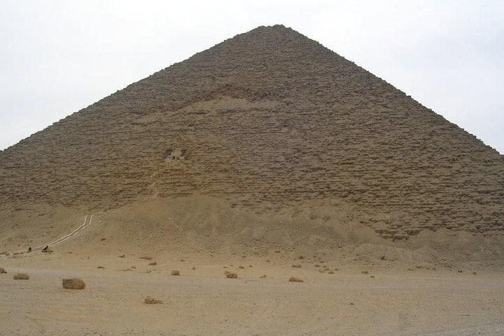 Dos de las pirámides, roja. Foto: Egiptología.