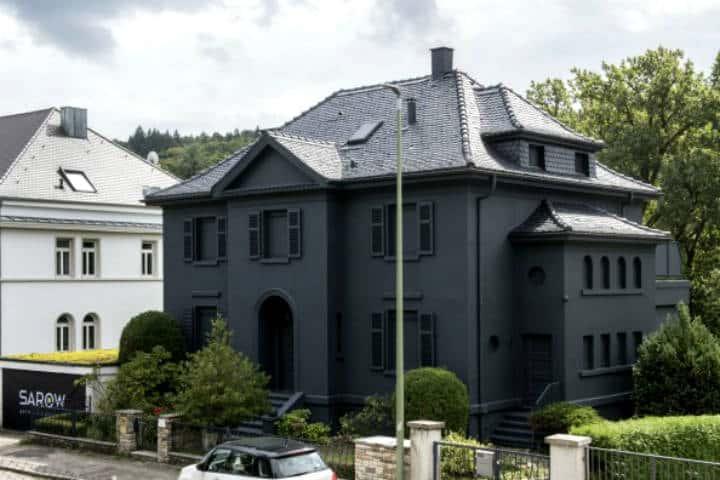 Pintó su casa de negro Foto Sueddeusche