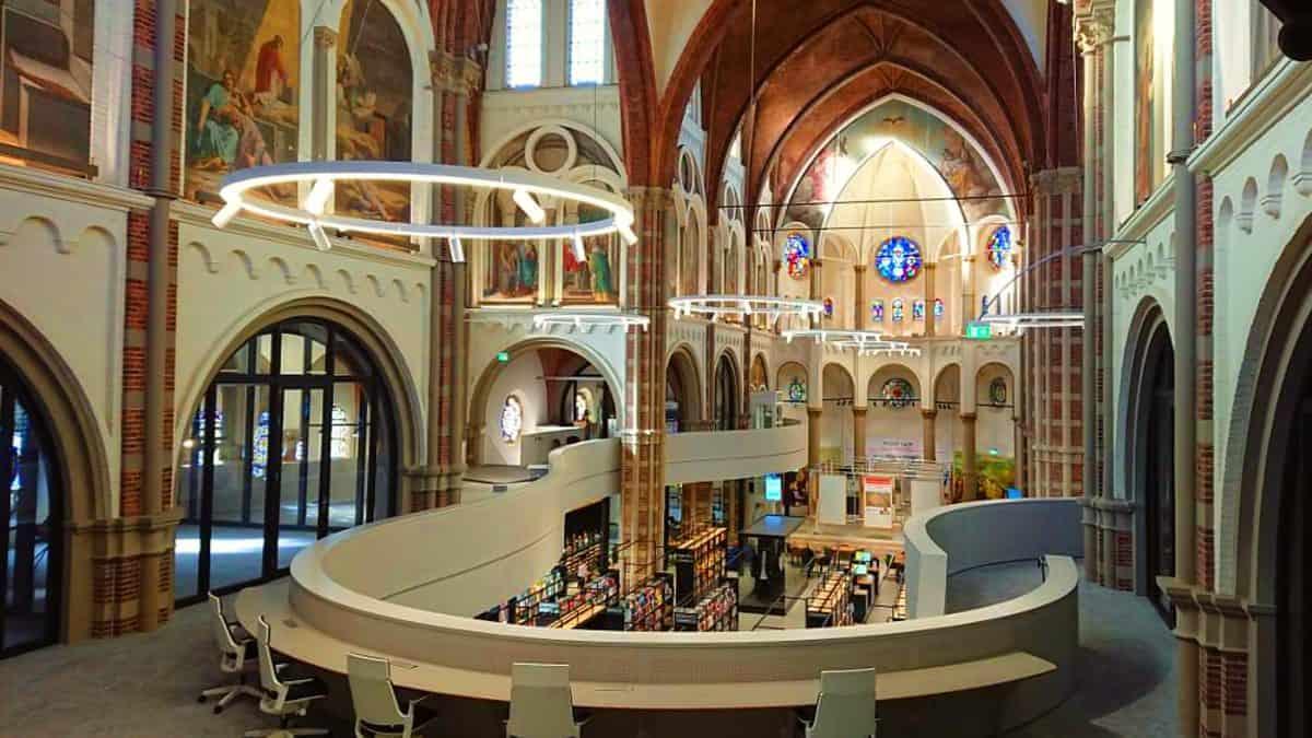 Una-iglesia-que-se-convirtió-en-la-biblioteca-De-Petrus-Foto-Archivo-1