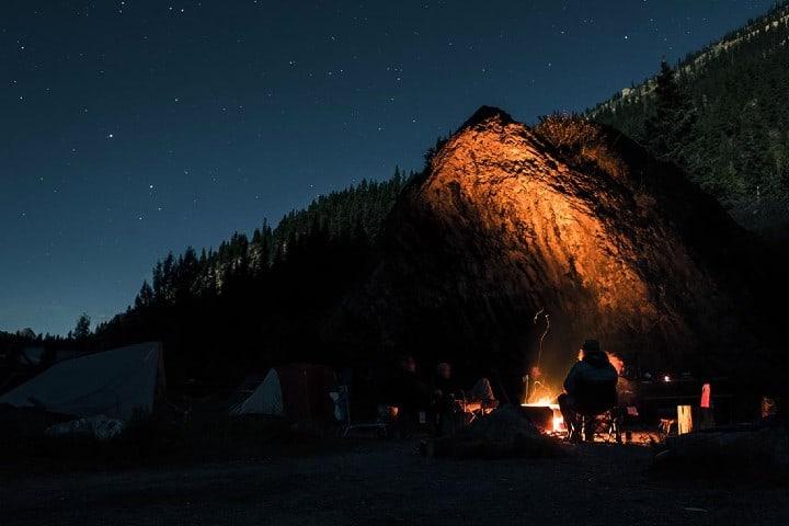 Camping-con-un-final-de-fogata-en-Writing-on-stone-Foto-Adventure-Journal-3
