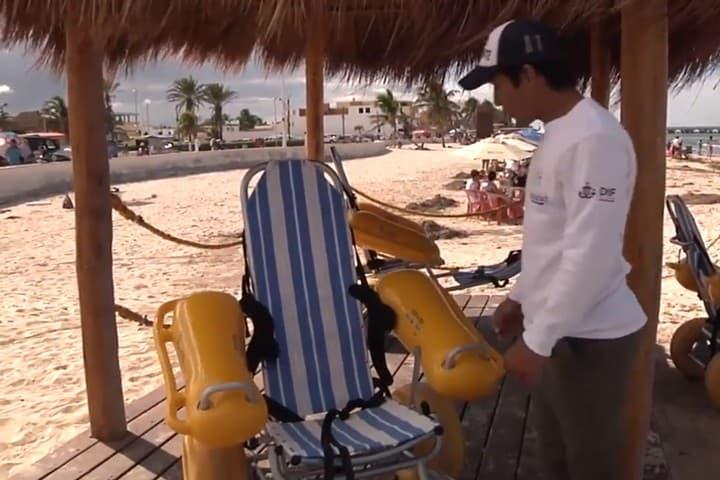 Personal en Playa Incluyente. Foto Yucatán en Corto.
