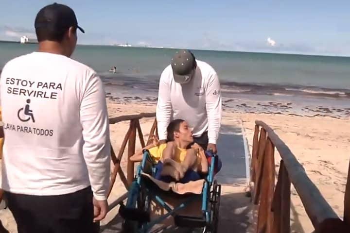 Personal en Playa incluyente. Foto Yucatán en Corto 3.