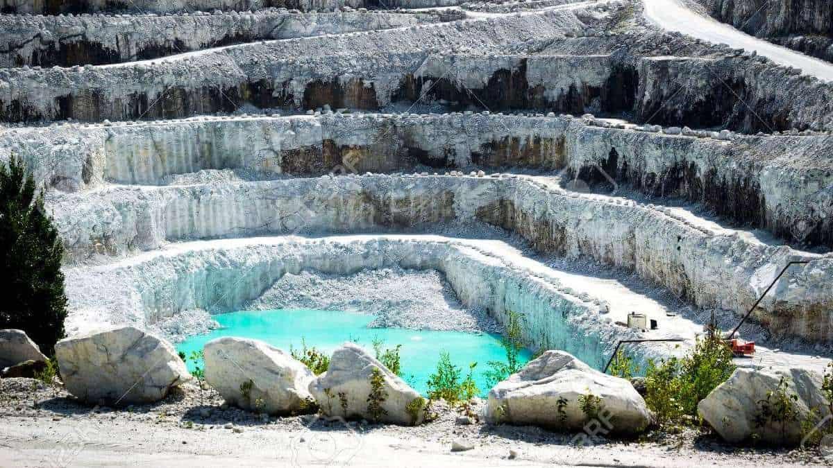 38944294-vista-de-las-capas-rocosas-de-un-gran-e-impresionante-cielo-abierto-mina-de-mármol-blanco-de-piedra-2