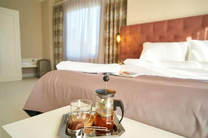 Artículos más sucios de un hotel. Cafetera. Imagen Engin Akyurt